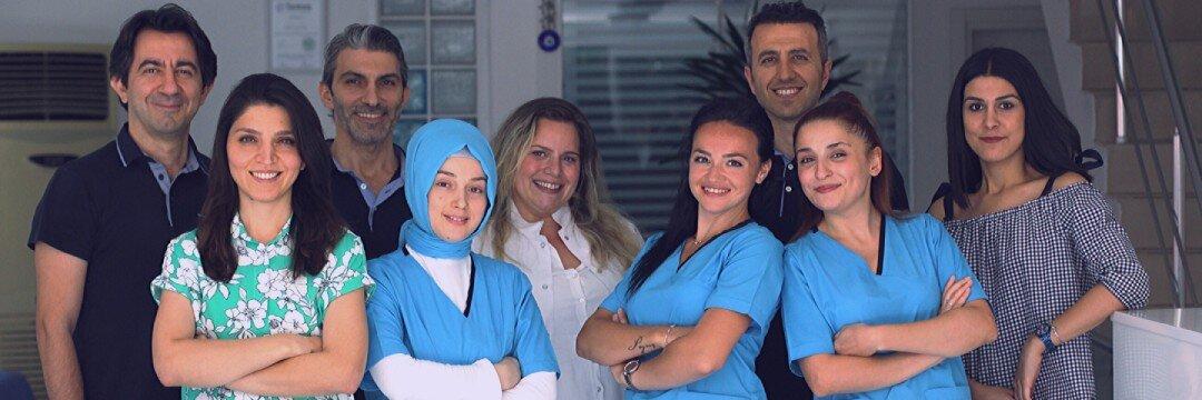 dentistas y personal de la clínica dental