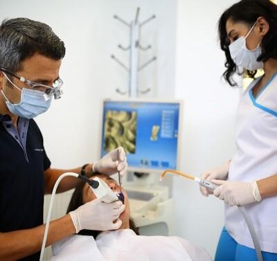 11dentiste soigne le patient haute technologie
