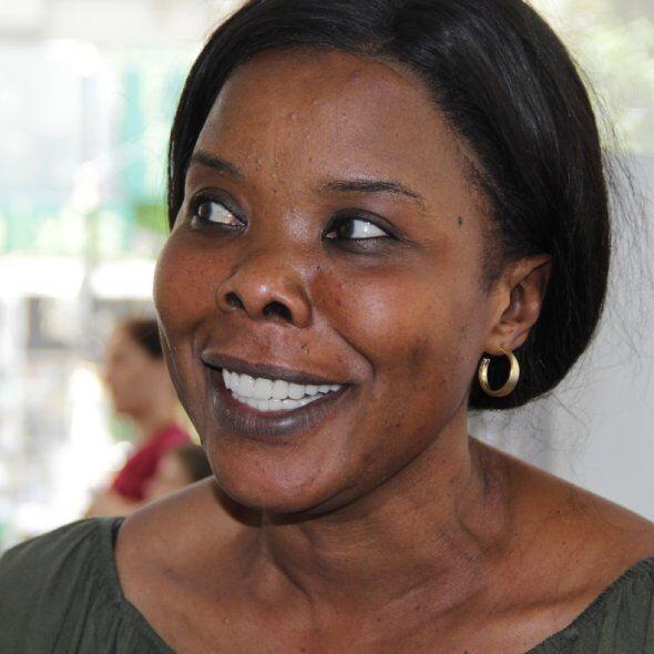 lächelne Frau mit den Zahnkronen